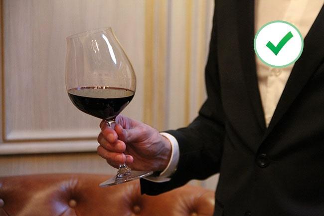 100% правильный способ держать винный бокал